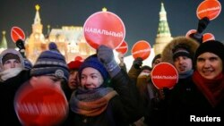 Участники манифестации в поддержку братьев Навальных 30 декабря на Манежной площади в Москве