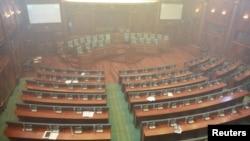 Kuvendi i Kosovës i zbrazët, pasi opozita hodhi gazin lotsjellës në sallë.