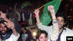 هواداران نواز شریف در جشن و پایکوبی. (عکس: EPA)