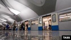 Пассажиры садятся в метро. Иллюстративное фото.