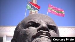 La Tiraspol, Lenin și drapele transnistrene