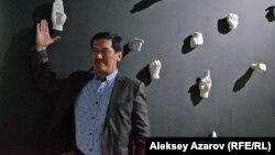 Художник Арыстанбек Шалбаев рядом с одной из инсталляций на своей персональной выставке «Печать». Алматы, 8 мая 2019 года.