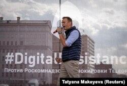 Алексей Навальный выступает на митинге против блокировки Telegram