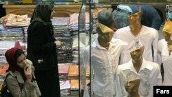 افزایش حدود شش درصدی تورم طی یک سال رکوردی کم سابقه در تاریخ اقتصاد ایران به شمار می رود.(عکس: فارس)
