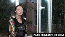 Оксана Шевчук на подоконнике в перерыве судебного заседания.