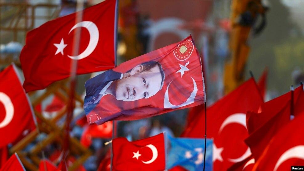 Zastavica sa likom turskog predsjednika Recepa Tayyipa Erdogana (Redžep Tajip Erdoan), Istanbul, 7. kolovoza 2016.