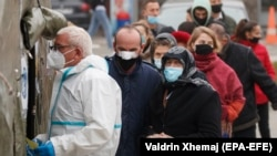 Njerëzit presin për të bërë testin e COVID-19 në Qendrën Klinike Universitare në Prishtinë, 12 nëntor 2020.