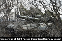 A camouflaged Ukrainian tank takes part in drills.