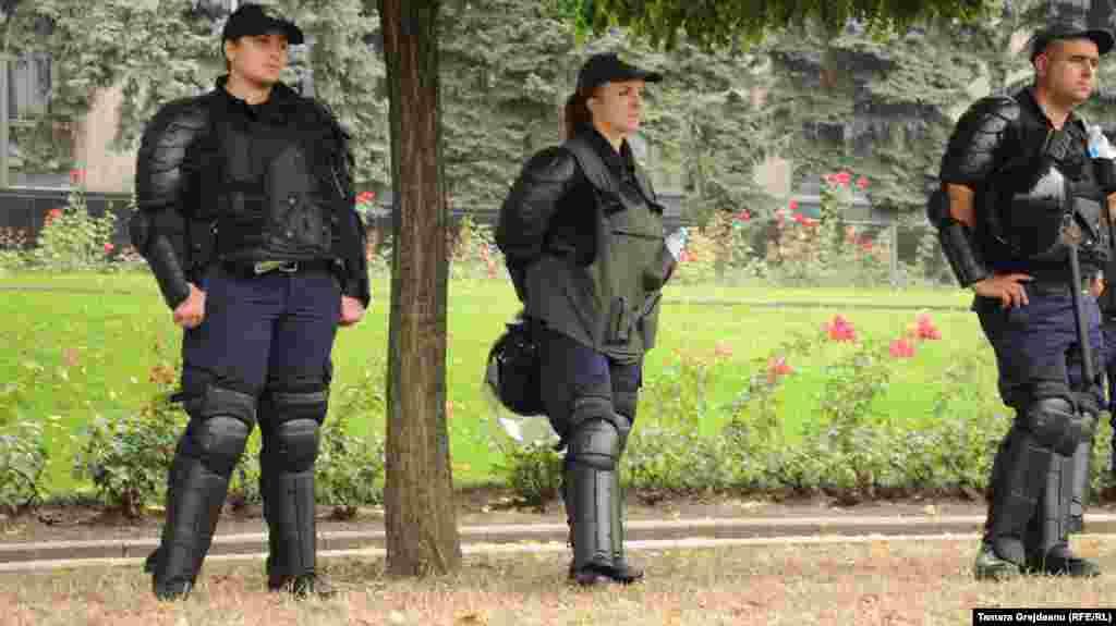 Наразылық шеруін бақылап тұрған полиция қызметкерлері. Кишинев, 6 қыркүйек 2015 жыл.