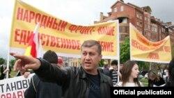 В 2011 года, когда в обществе назрел гражданский протест против правления экс-президента Эдуарда Кокойты, Тедеев возглавил это недовольство и встал рядом с лидером оппозиции Аллой Джиоевой