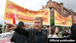 Дзамболат Тедеев, как рассказали мне его близкие, прямо в аэропорту напомнил сотрудникам «в штатском», что он ушел из политики, разорвал все отношения с югоосетинской оппозицией
