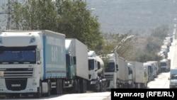 Вантажівки на узбіччі шосе Героїв Сталінграду в Керчі, 27 вересня 2017 року