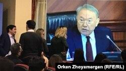 Журналисты следят за выступлением президента Казахстана Нурсултана Назарбаева на заседании правительства. Астана, 9 февраля 2018 года.