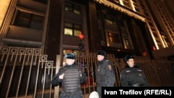 Милиционеры у здания Госдума. Москва, 16 декабря 2013 года.