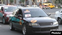 Armenia - A car offers a free ride to Yerevan residents in protest against bus fare hikes, 23Jul2013.