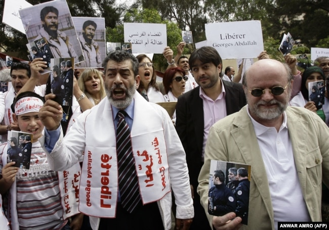 نقاش در تجمعی با درخواست آزادی ژرژ ابراهیم عبدالله مقابل سفارت فرانسه در بیروت