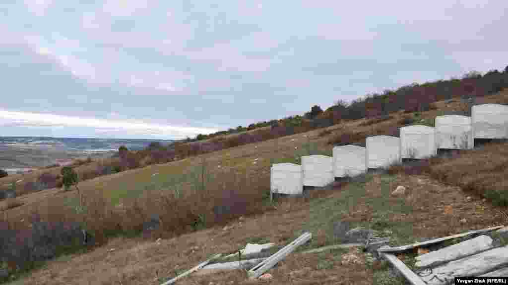 Еще один видовой участок на горе Аскети частично огорожен забором – в нескольких десятках метров от форта «Южный»