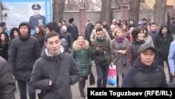 Призывники перед отправкой на службу в армию и их родственники у призывного пункта в Алматы. Архивное фото.