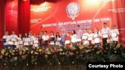 """Участники олимпиады по казахскому языку и литературе на церемонии награждения в центре """"Дарын"""". Кызылорда, 25 июня 2015 года."""