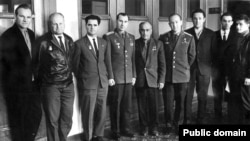 Аметхан Султан (сулдан бишенче) космонавтлар белән, Владимир Беляев һәм Алексей Леонов арасында