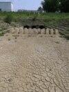 Canal colector pentru irigații, uscat de secetă.