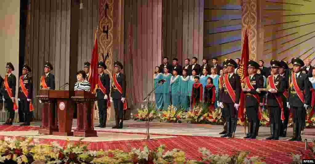 Кыргызстандын президенти Роза Отунбаева ант берүү аземи учурунда