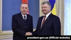 Реджеп Тайїп Ердоган (л) і Петро Порошенко (п), Київ, 9 жовтня 2017 року
