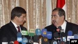 وزير الخارجية العراقي هوشيار زيباري مع نظيره التركي أحمد داود أوغلو في بغداد، 31 آب 2009