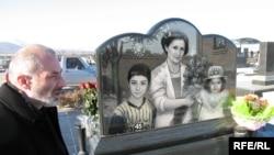 Виталий Калоев у могилы членов своей семьи