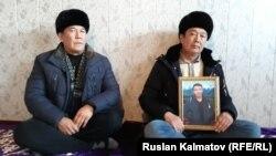 Каныбек Тажиев с фотографией покойного сына.