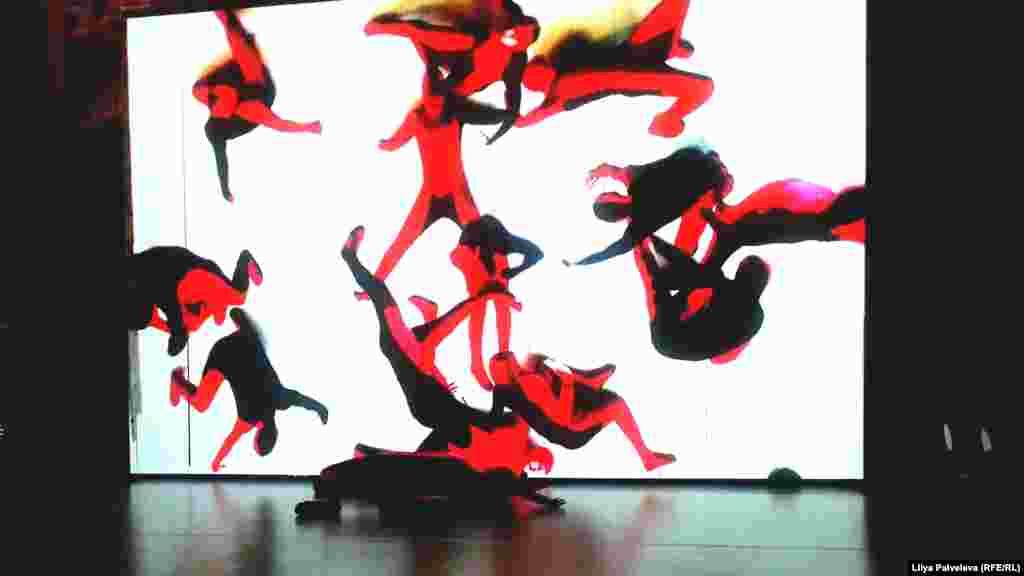 Движения танцовщика, не отрывающегося от пола, проецируются на экран. Так возникают основные мотивы картин Кандинского