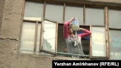 Оля Цветкова, дольщица ЖСК «Ата-Кент», обливает себя бензином на балконе своей квартиры. Астана, 5 июля 2016 года.