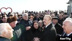 Prezident İ.Əliyev Sumqayıtın dənizkənarı bulvarında şəhərin sakinləri ilə görüşüb. 18 fevral 2019