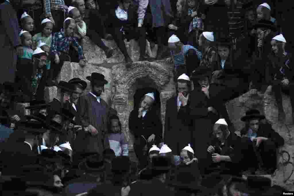 Верующие набирают воду из источника неподалеку от Иерусалима, исполняя ритуал, предшествующий приготовлению мацы накануне Пасхи