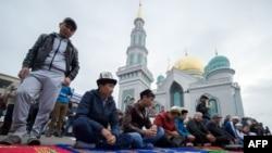 У Соборной мечети в Москве