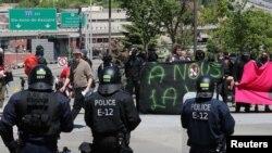 Квебек шаарындагы полиция күчтөрү жана демонстранттар. 8-июнь, 2018-жыл.