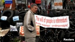 Донецктеги орусиячыл жикчилдердин баррикадасы. 8-май, 2014-жыл.