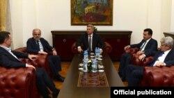 Во Кабинетот на претседателот Ѓорге Иванов се одржа средба на која присуствуваа Заев, Џафери, Груевски и Ахмети