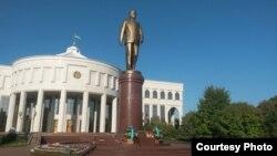 Памятник Исламу Каримову в Ташкенте.