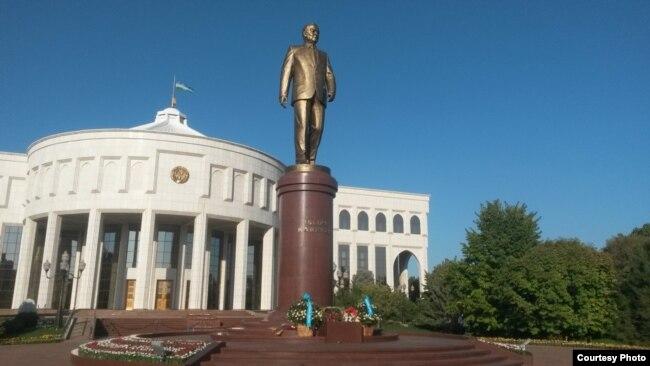Ташкенттегі Ислам Каримовқа арналған ескерткіш