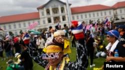 Үкіметқа қарсы шеруге шыққандар Таиланд қарулы күштері штаб-пәтерінің алдына келді. Бангкок, 29 қараша 2013 жыл.