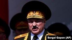 Aliaksandr Lukașenka vorbind la parada militară care a avut loc la Minsk, pe 9 mai 2020