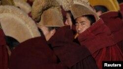 Тибетские монахи во время молитвы