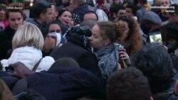 Мусульманин із зав'язаними очима обіймає парижан (відео)