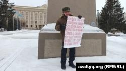 Орал тұрғыны Бекболат Өтебаев бір адамдық пикетке шыққан сәт. 14 қаңтар 2021 жыл.