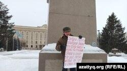 Бекболат Утебаев проводит пикет на центральной площадиперед городским акиматом Уральска. Западно-Казахстанская область, 14 января 2021 года.