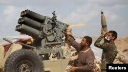 Иракские силы безопасности и бойцы шиитского ополчения перезаряжают оружие в бою против боевиков ИГ. Провинция Салах-эд-Дин, 2 марта 2015 года.
