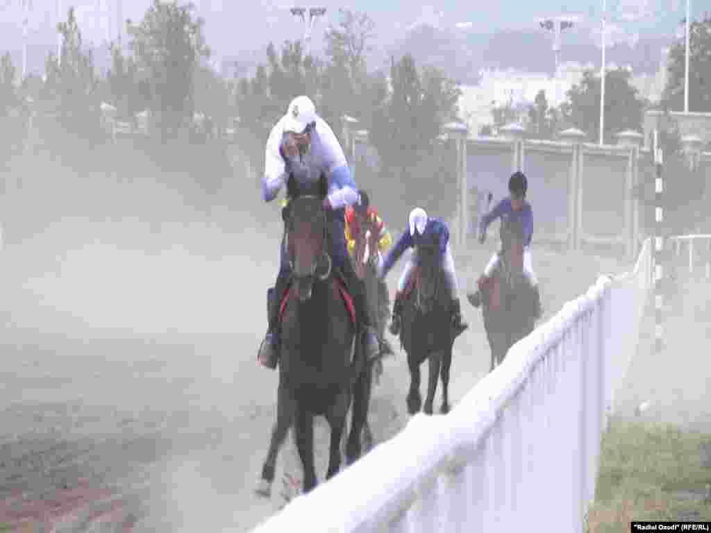 В состязаниях, которые были организованы администрацией города Душанбе, министерством сельского хозяйства и Федерацией конного спорта Таджикистана, приняли участие лошади местных, английских и туркменских пород.