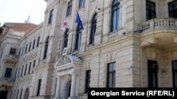 Члены Верховного суда заявили, что Тугуши ответил на все интересующие их вопросы. Однако вопросы по поводу нового судьи остаются у некоторых представителей неправительственного сектора