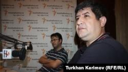 Шахвелед Чобаноглу (на переднем плане) и Эмин Милли в студии РадиоАзадлыг, Баку, 27 августа 2012